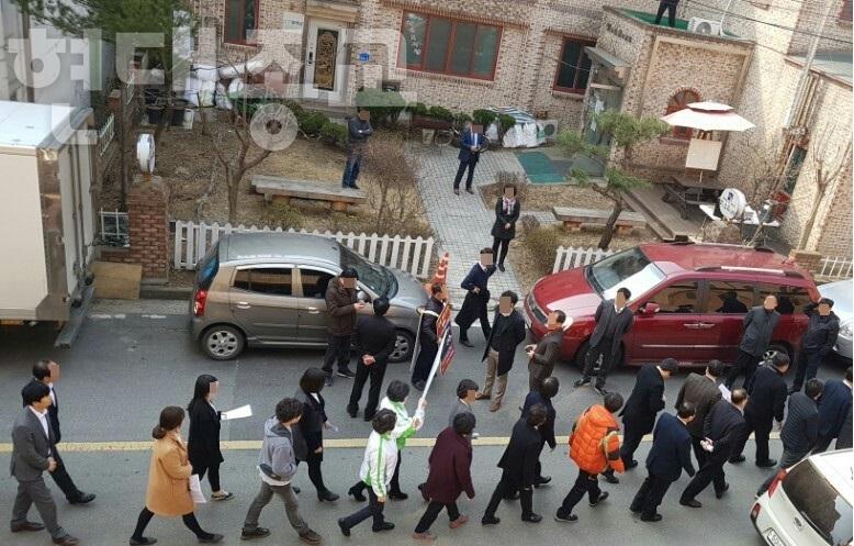 신천지 신도들, 교회 앞 대규모 시위